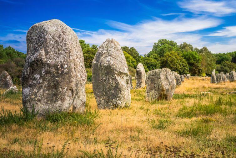 Les pierres de Carnac sont une collection exceptionnellement dense de sites mégalithiques en Bretagne, dans le nord-ouest de la France, composés d'alignements de pierres, de dolmens, de tumuli et de menhirs simples.