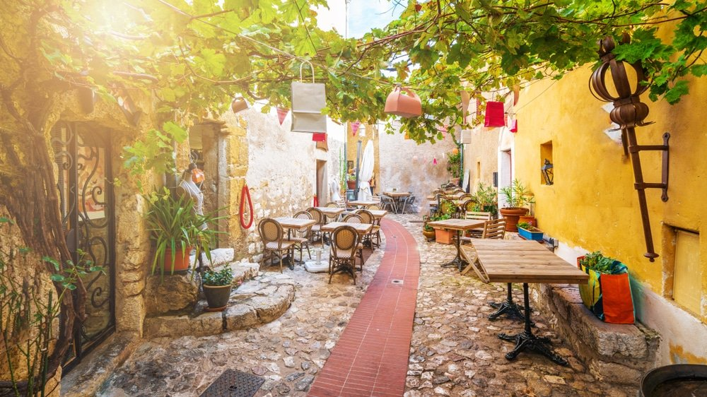 Rue du village médiéval d'Eze sur la côte d'Azur, Côte d'Azur, France