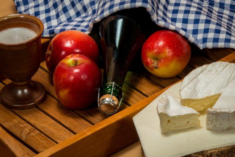 Spécialités et gourmandises typiques des pommes de France Camembert et Cidre