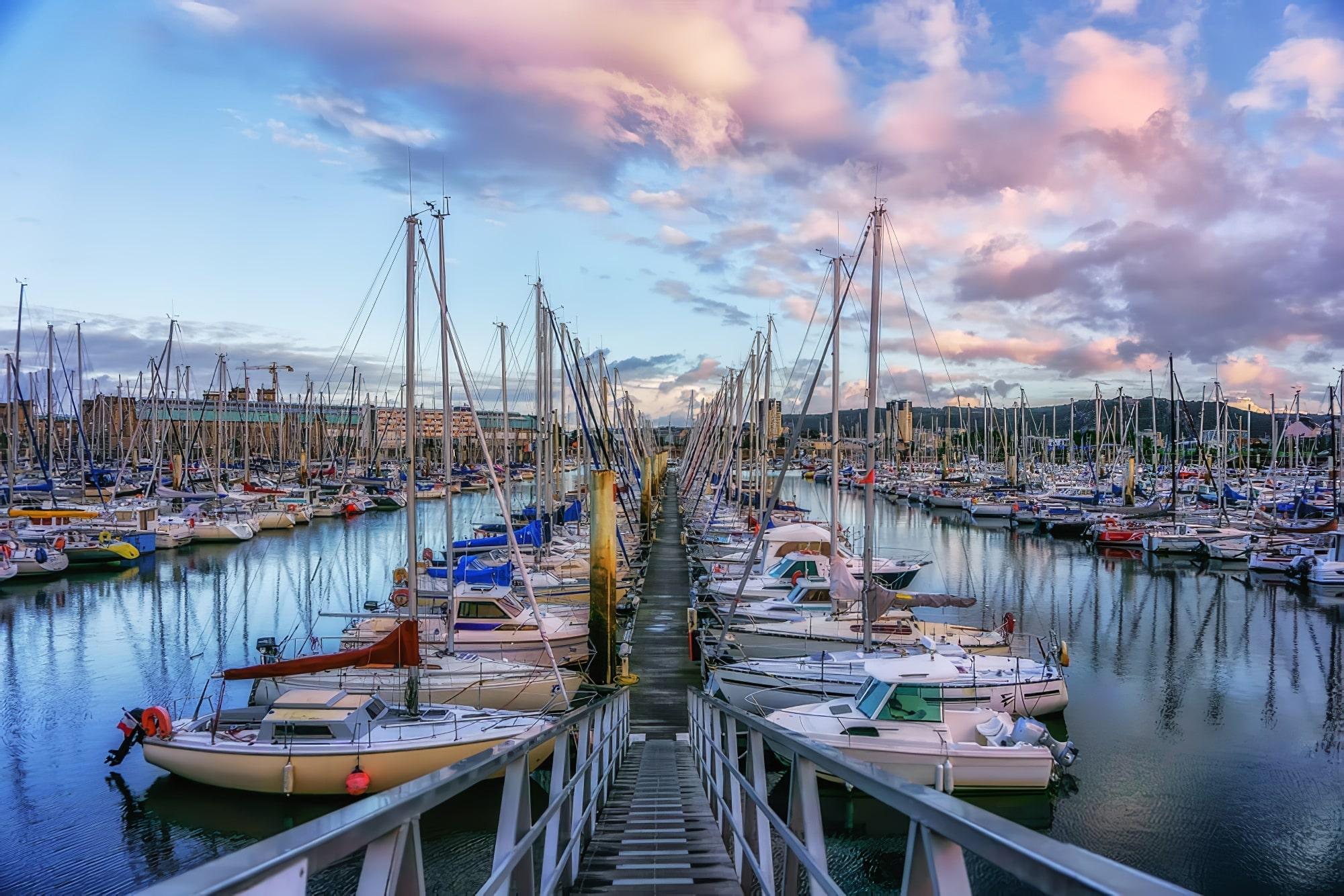 Vue nocturne de la jetée aux yachts dans la ville portuaire agréable de Cherbourg-Oktervill (Cherbourg) au nord-ouest de la France.