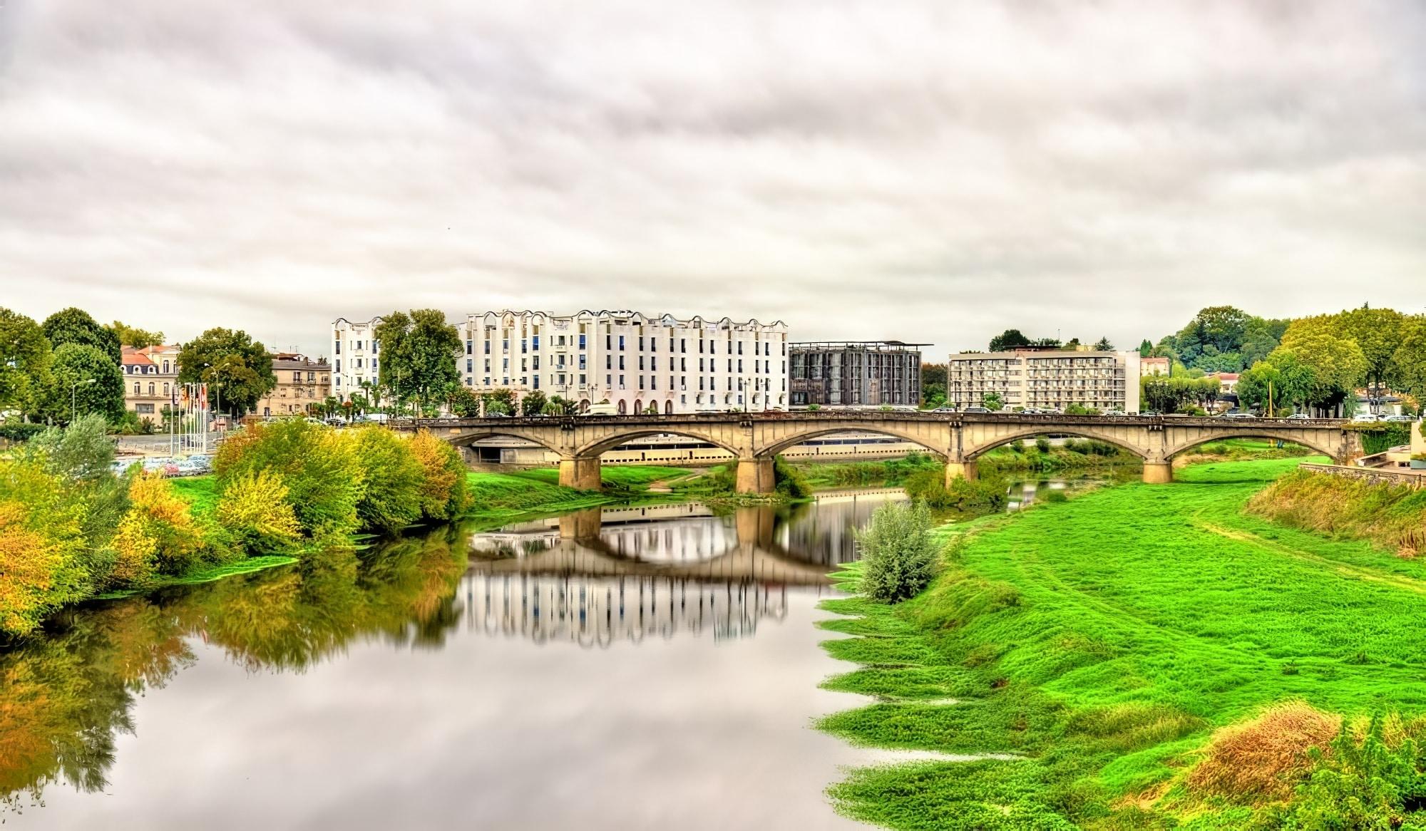 Vue sur la rivière Adour à Dax - France, département des Landes