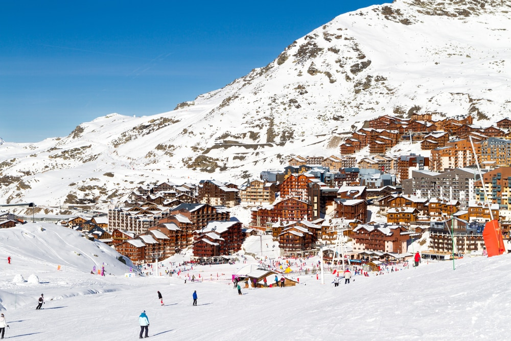 Vue sur la station de ski de Val Thorens de Three Valleys, France. Montagnes recouvertes de neige