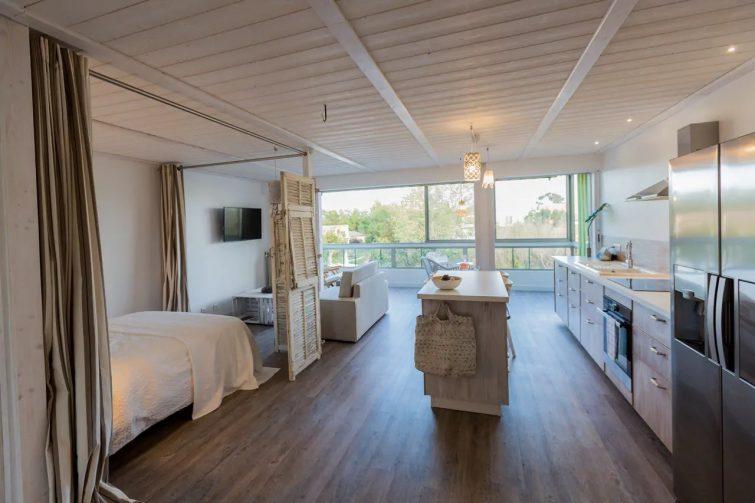 Airbnb à Mandelieu : grand studio face à la rivière