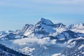 Paysage hivernal : chaine des Aravis sous les nuages