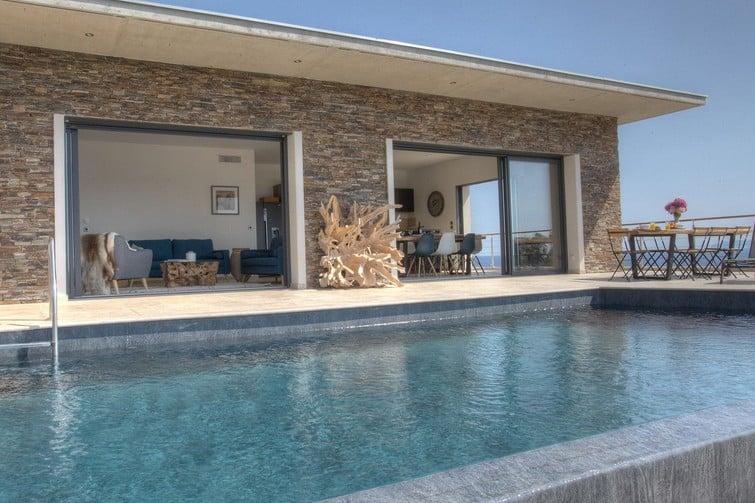 Villa récente avec piscine à débordement au nord de Bastia