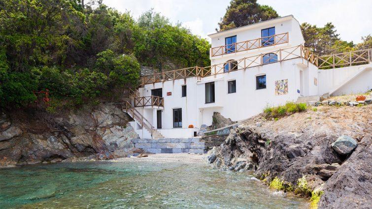Charmante villa au bord de l'eau au nord de la Corse