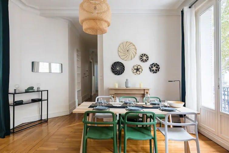 Bel appartement bourgeois à la décoration contemporaine avec balcon