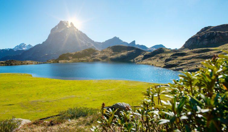 vue sur le célèbre Pic du Midi Ossau dans les Pyrénées françaises