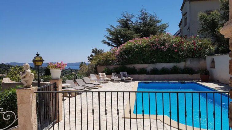Large vue mer, terrasse/piscine T2 dans une villa