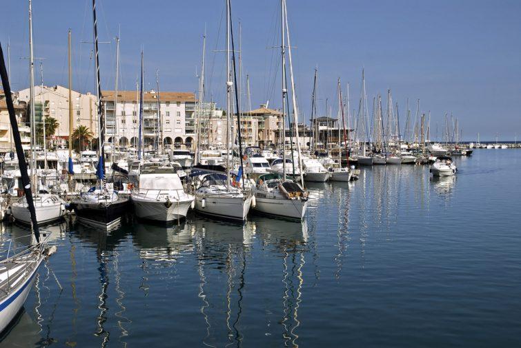 Bateau dans le port de Fréjus