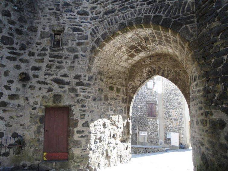 Visiter Salers : la porte du Beffroi