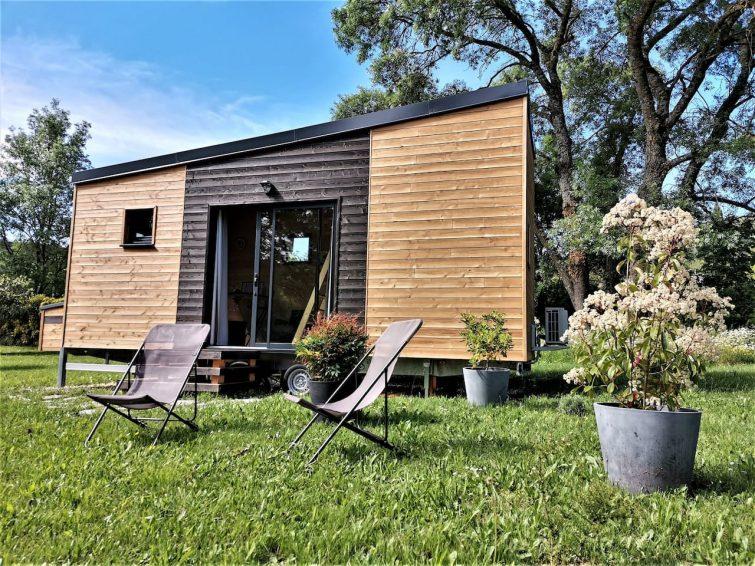 Mini-maison de bois avec jardin