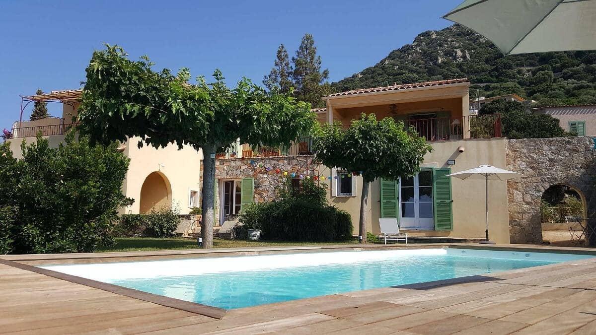 Rez de jardin avec piscine, vue panoramique mer.