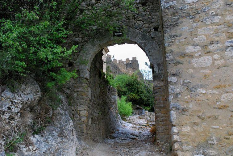 visiter Montbrun les bains - Porte de Clastre