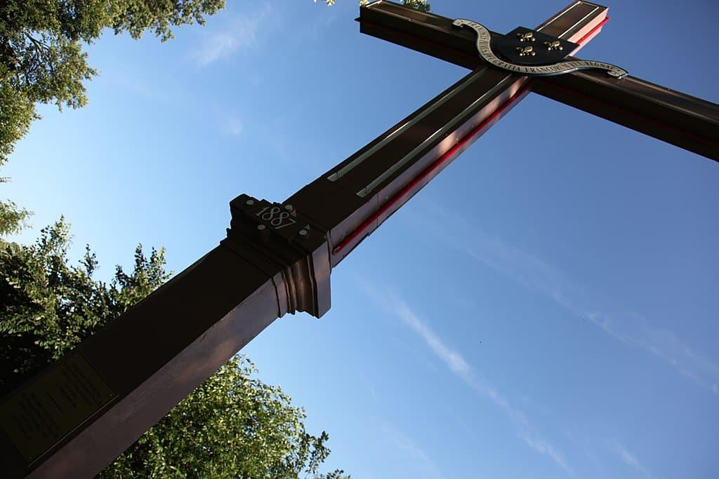 Croix posée par Cartier