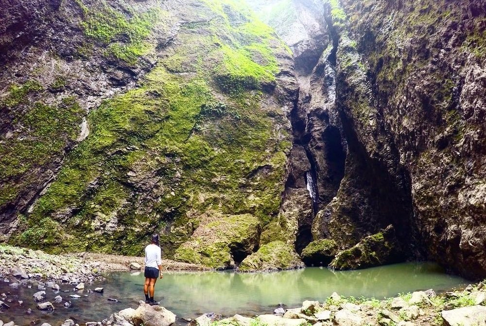 Au pied de la cascade de Vaipo