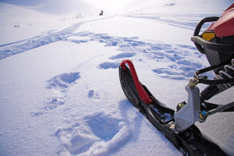 Ski de motoneige et silhouette de motoneige isolée en champ de neige.