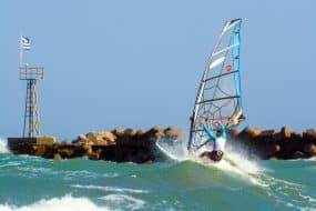 Les meilleurs spots de kitesurf à Santorin