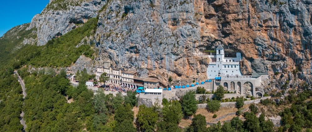 Vue aérienne du monastère d'Ostrog