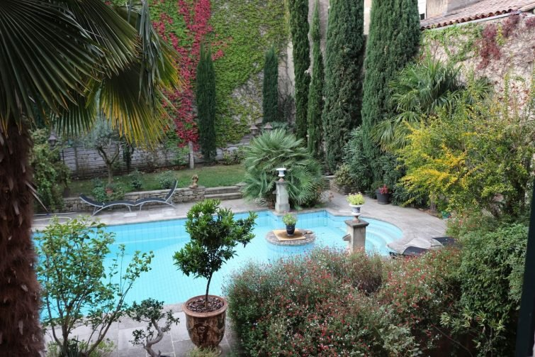 Appartement en rez-de-jardin du centre-ville avec piscine extérieure
