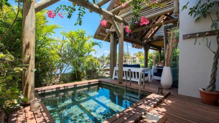 Villa posée sur l'eau avec bateau !