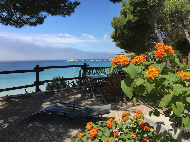 Unique bord de plage, vue et emplacement idyllique