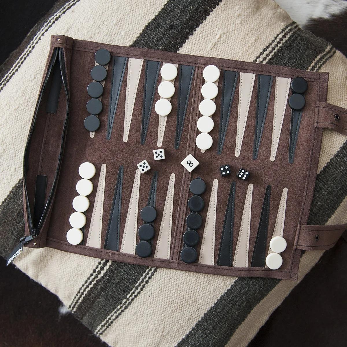 Un backgammon de voyage en cuir véritable