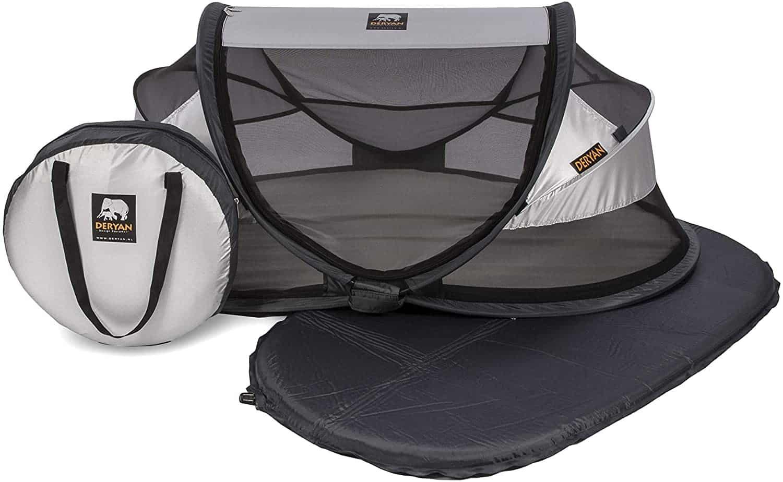 Un lit / tente de voyage pour bébé