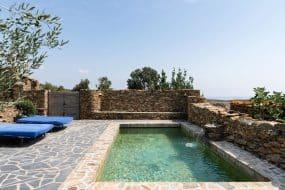 Dînez sous un figuier imposant dans une villa en pierre isolée