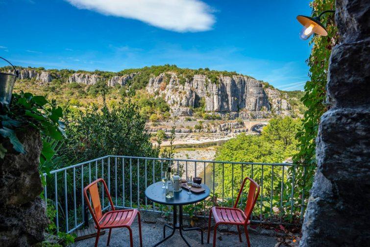 Gite médiéval en pierre, vue sur rivière Ardèche