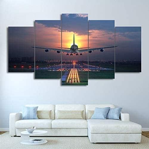 Un cadre représentant un avion au coucher de soleil