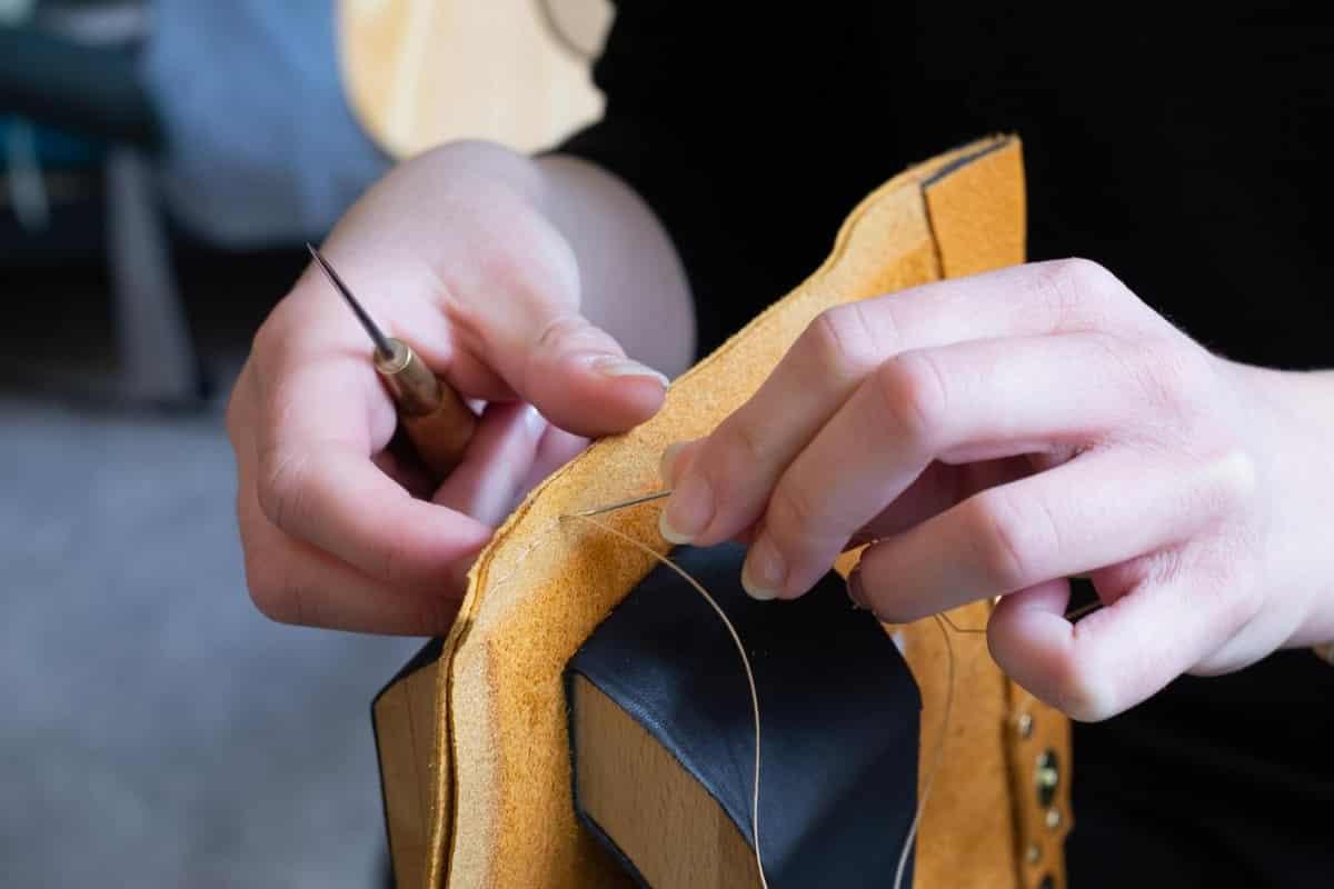 Un atelier pour créer un accessoire de maroquinerie