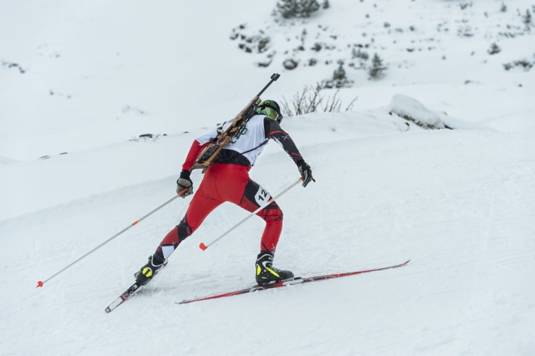 Sports d'hiver : participant à un concours de biathlon