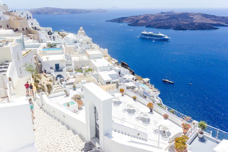 Belle vue panoramique sur la mer méditerranée, la caldera et le volcan. Architecture blanche traditionnelle de l'île de Santorin, Thira, Grèce. Navire de croisière en mer bleue.