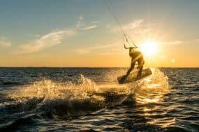 kitesurfer faisant des tours au coucher du soleil