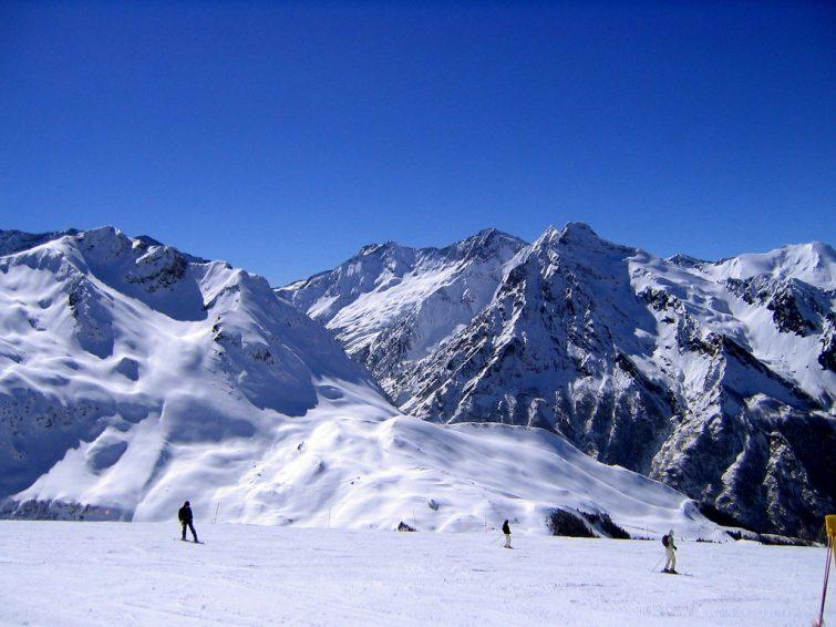 Skieurs dans une station de ski, Pyrénées