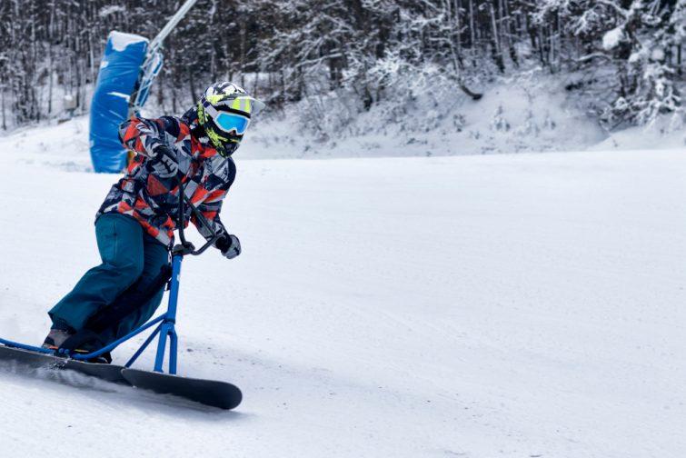 Homme faisant du snowscoot