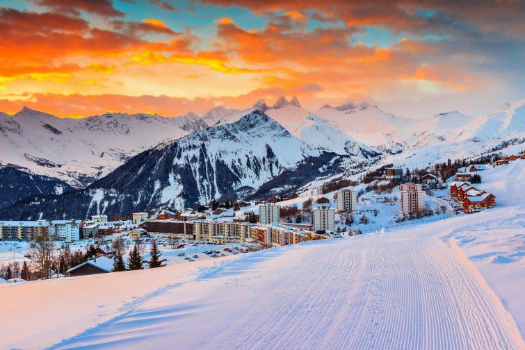 Majestueux paysage et station de ski d'hiver dans les Alpes françaises, La Toussuire, France, Europe