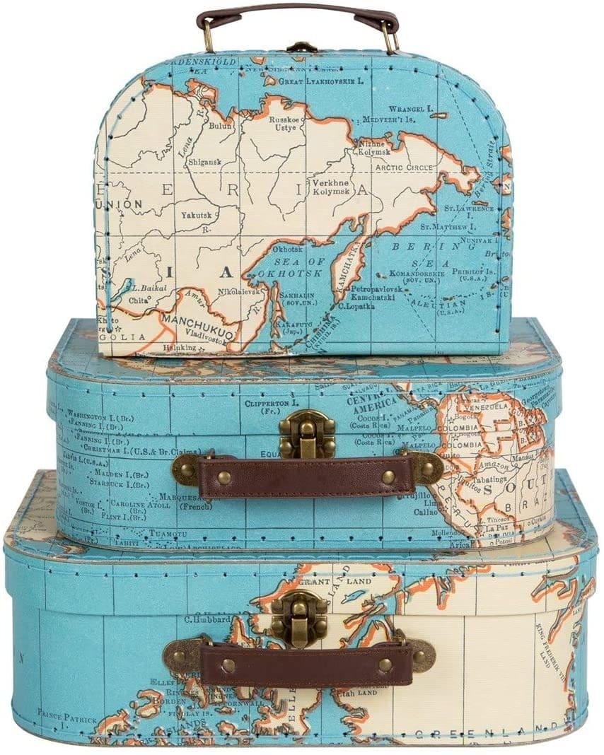 Des malles de voyage décorées en carte du monde