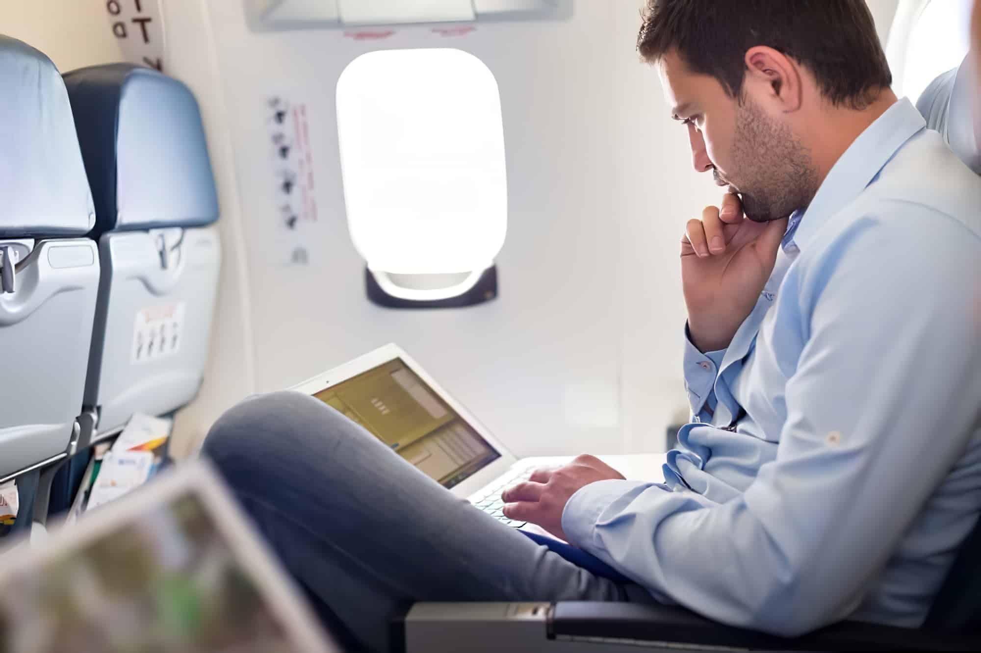 Voyageur d'affaires en avion