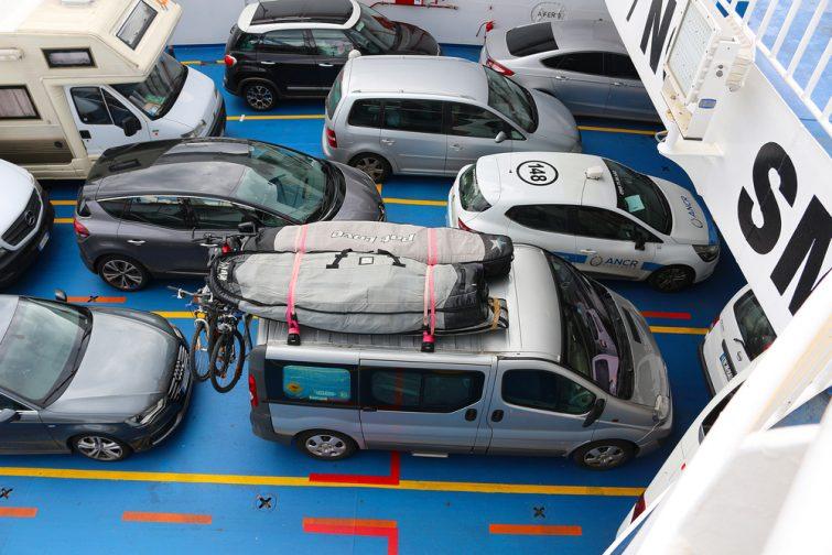 Voitures sur un ferry