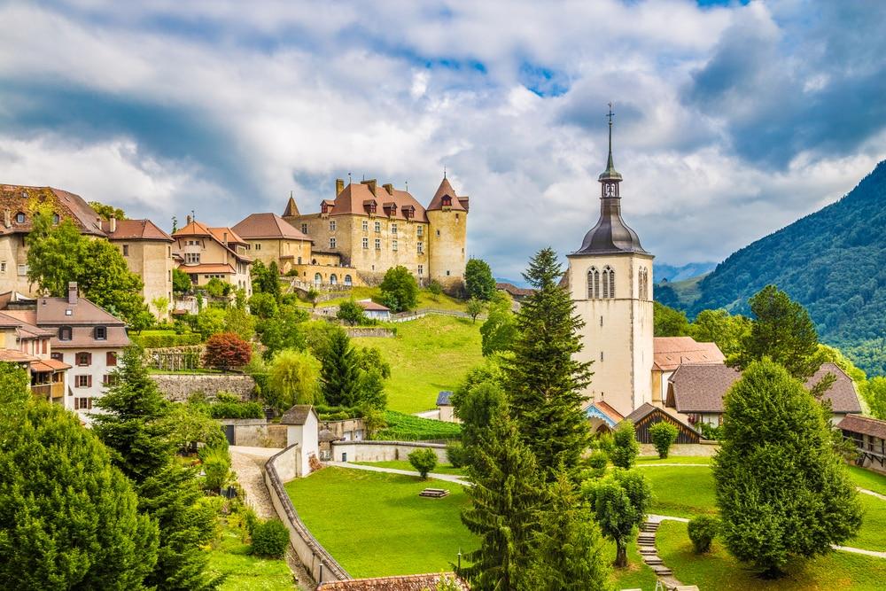 Belle vue sur la ville médiévale de Gruyeres, où se trouve le célèbre fromage Le Gruyere, canton de Fribourg, Suisse