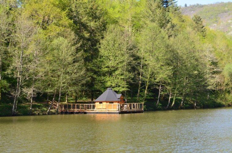 Cabane sur l'eau week-end en amoureux Aveyron