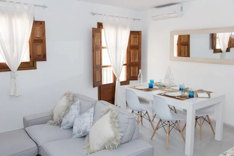 Bright and lovely apartment 1 min to the Beach