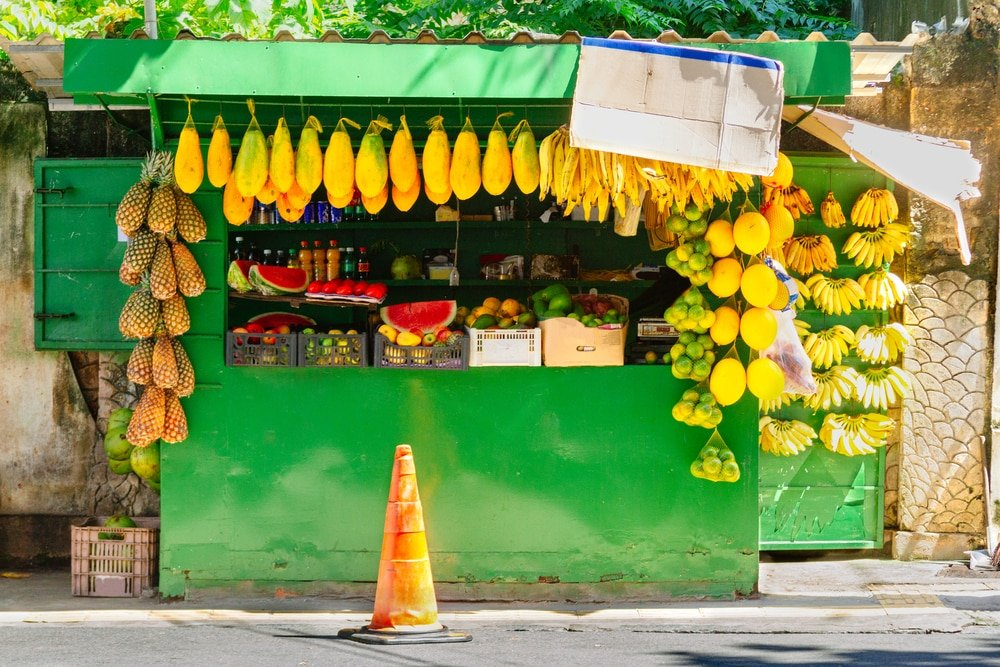 Boutique de rue vendant des fruits, Salvador - Simon Mayer