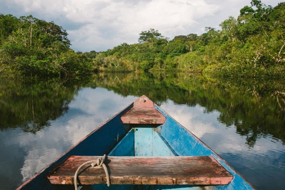 Canoë à travers la jungle Amazonienne