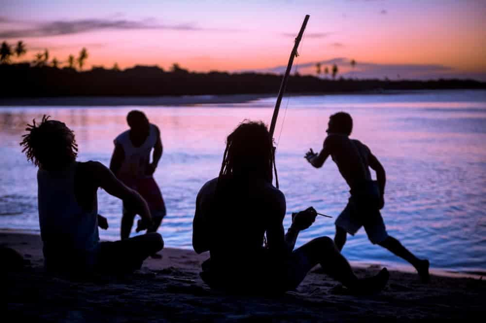 photos brésil - Silhouette dansant la capoeira sur la plage de Bahia
