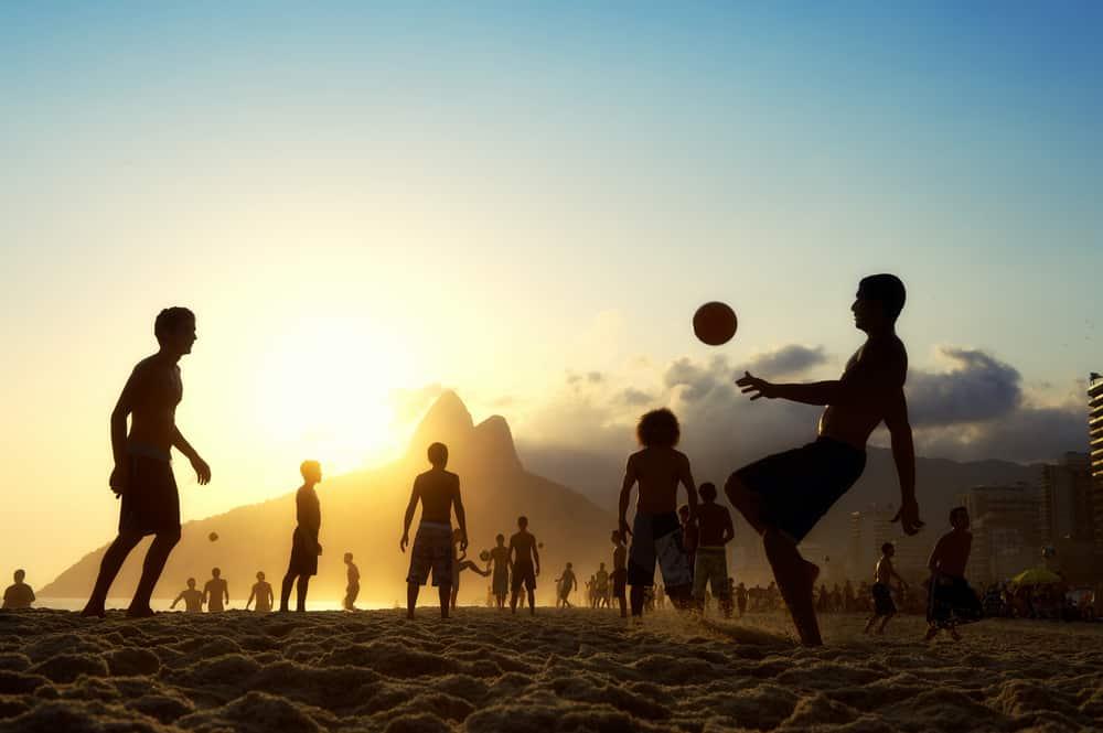 photos brésil - Silhouettes jouant au football sur la plage à Rio