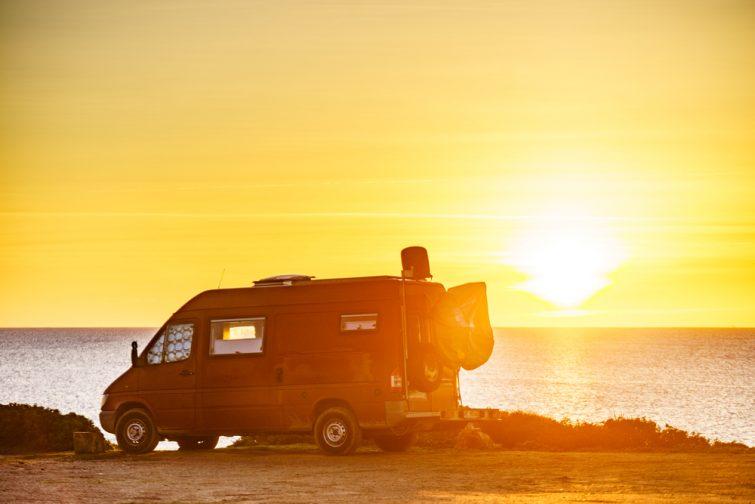 Camion aménagé camping-car famille