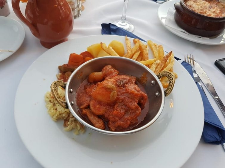 Το εστιατόριο Anixis Pefkos τρώει στη Ρόδο